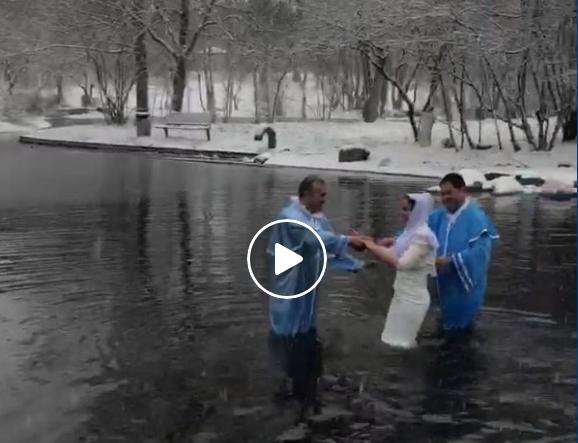 Romii se botează afară în plină iarnă…