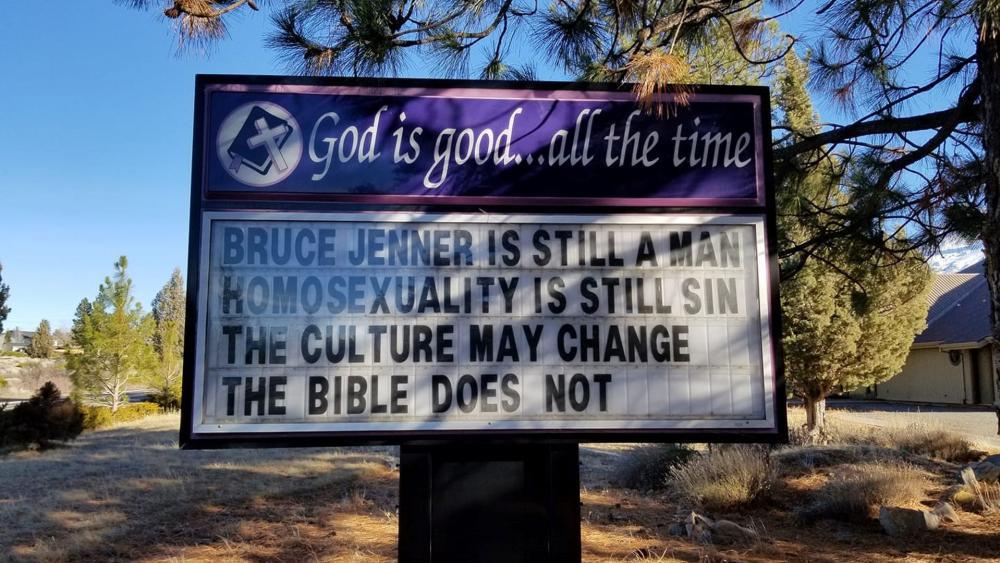 """Un pastor din California a fost concediat după ce a afișat: """"Bruce Jenner este tot bărbat. Homosexualitatea este tot păcat. Cultura se poate schimba, Biblia nu se schimbă."""""""