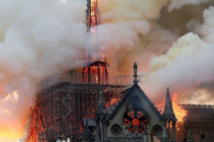 La ordinea zilei: Catedrala Notre Dame din Paris cu cerul albastru deasupra