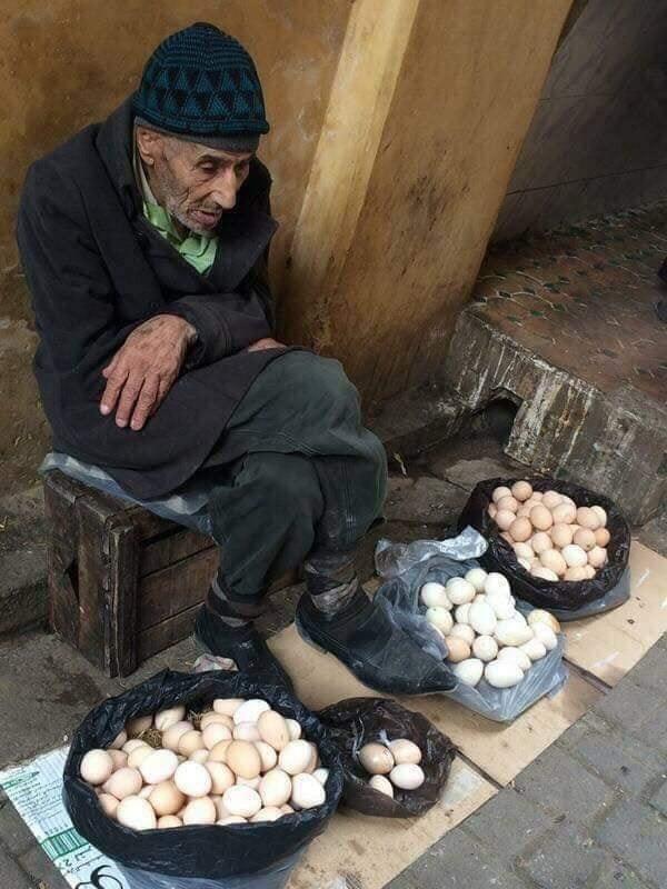 Un bătrân vindea ouă. O femeie coborî dintr-o mașină, veni la el și îl întreba